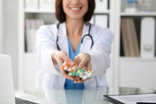 Médica mnostrando medicamentos que podem fazer engordar