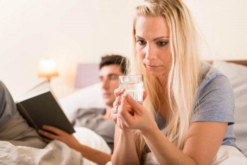Mulher com medo de tomar medicamento que pode fazer engordar