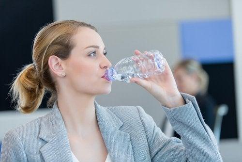 Beber muita água evita a pele seca