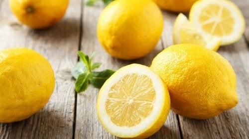 Limão é utilizado para eliminar calos nos pés