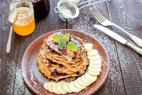 Café da manhã saudável: panquecas de aveia, banana, cacau e óleo de coco