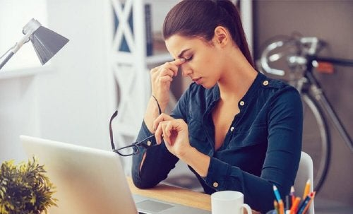 Os olhos podem inchar ao usar telas do computador durante muito tempo
