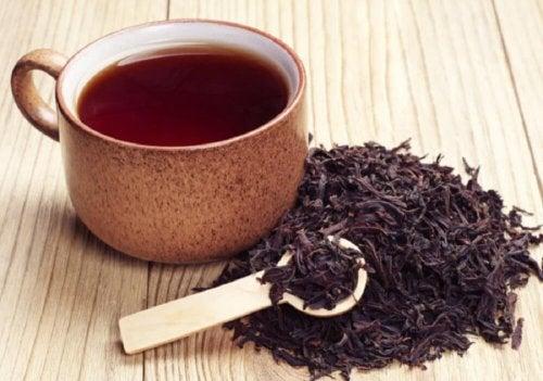 Beber chá preto ajuda a eliminar o mau cheiro das axilas