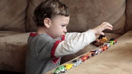 Bebê mostrando sinal de autismo