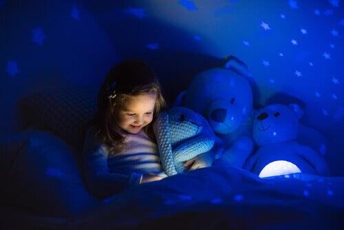Criança sem medo do escuro
