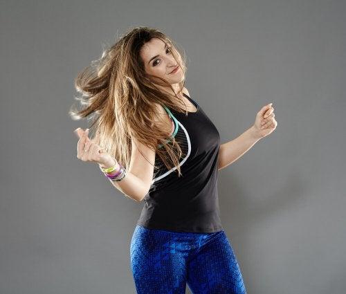 Moça praticando dança cardio