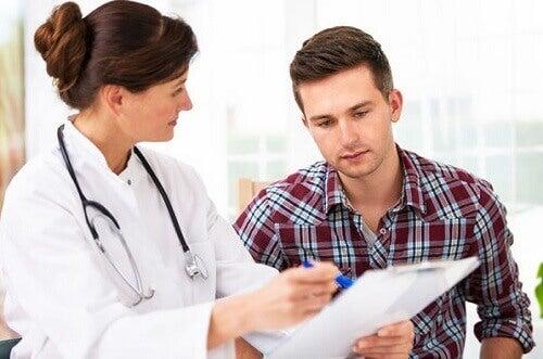 Médica explicando causas de dor nas costas ao paciente