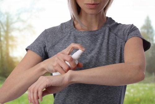 Moça aplicando uma loção anti-mosquitos caseira