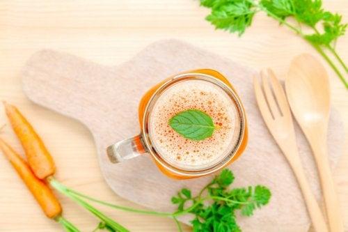 Suco de cenouras ajuda a aliviar os sintomas do hipotireoidismo durante a gravidez