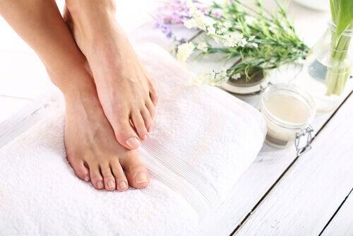 A água oxigenada serve para eliminar fungos nos pés