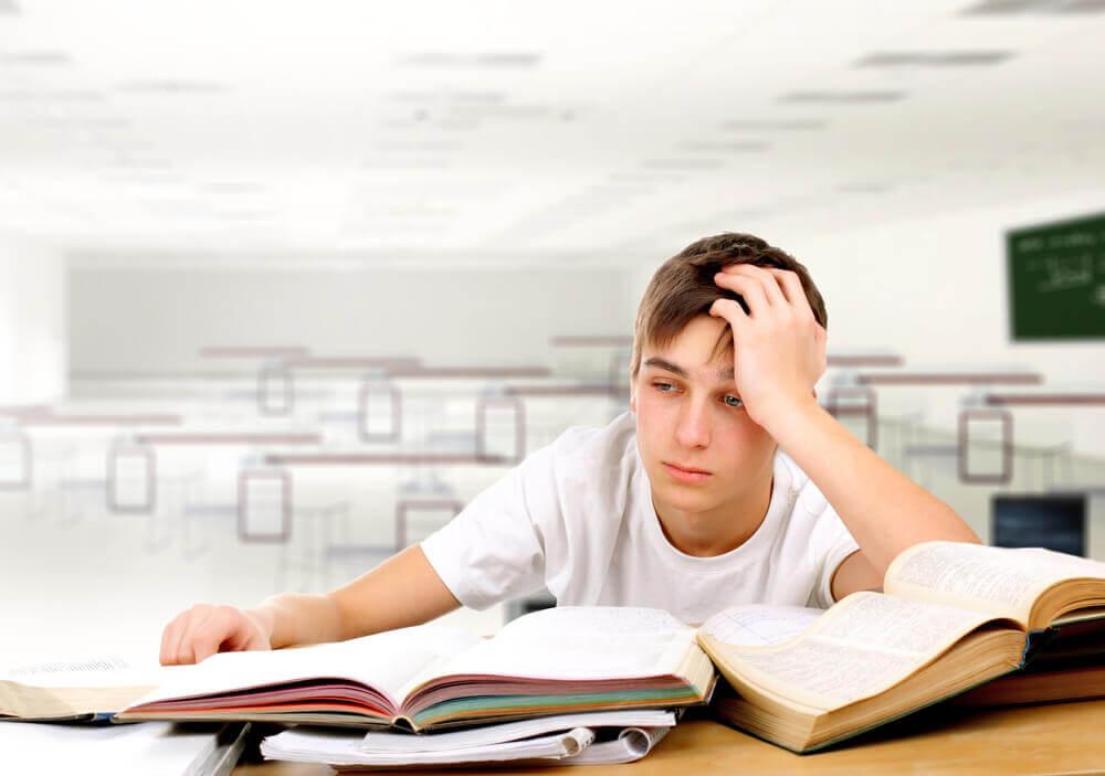 Jovem cansado estudando