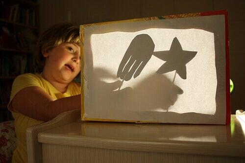 Criança brincando no escuro