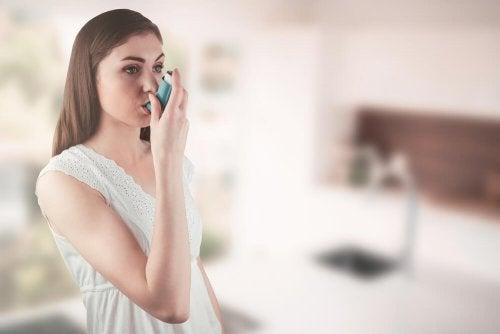 Mulher fazendo tratamento para controlar a asma