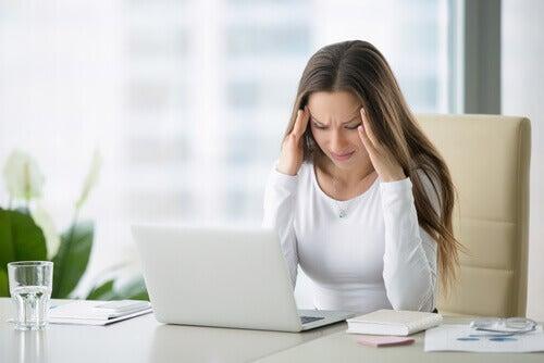 Mulher com dor de cabeça por causa da constipação