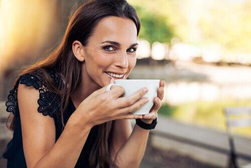 Mulher bebendo chá para recuperar a energia