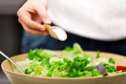 Consumir muito sal pode ser uma das causas da pele seca