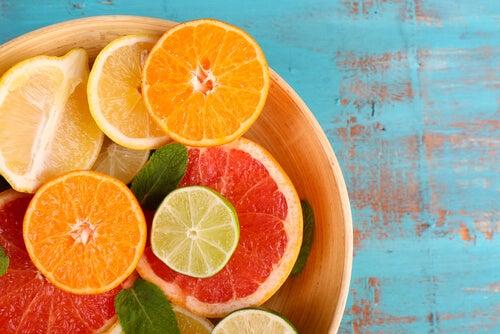A falta de vitamina C é uma causa da pele seca