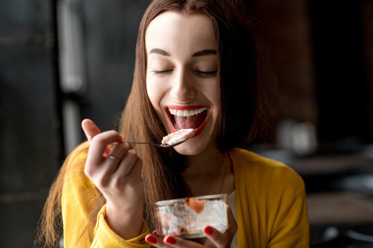 Mulher comendo uma sobremesa saudável