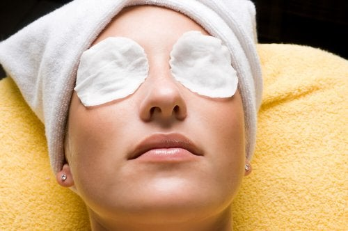 Os olhos podem inchar ao provar máscaras de rosto