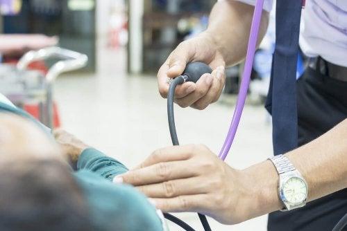 Os controles médicos ajuda a controlar a hipotensão