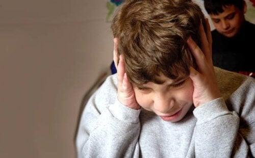 Menino manifestando sinal de autismo