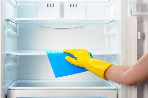 Limpar a geladeira periodicamente