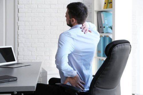 O trabalho de escritório gera dor nas costas