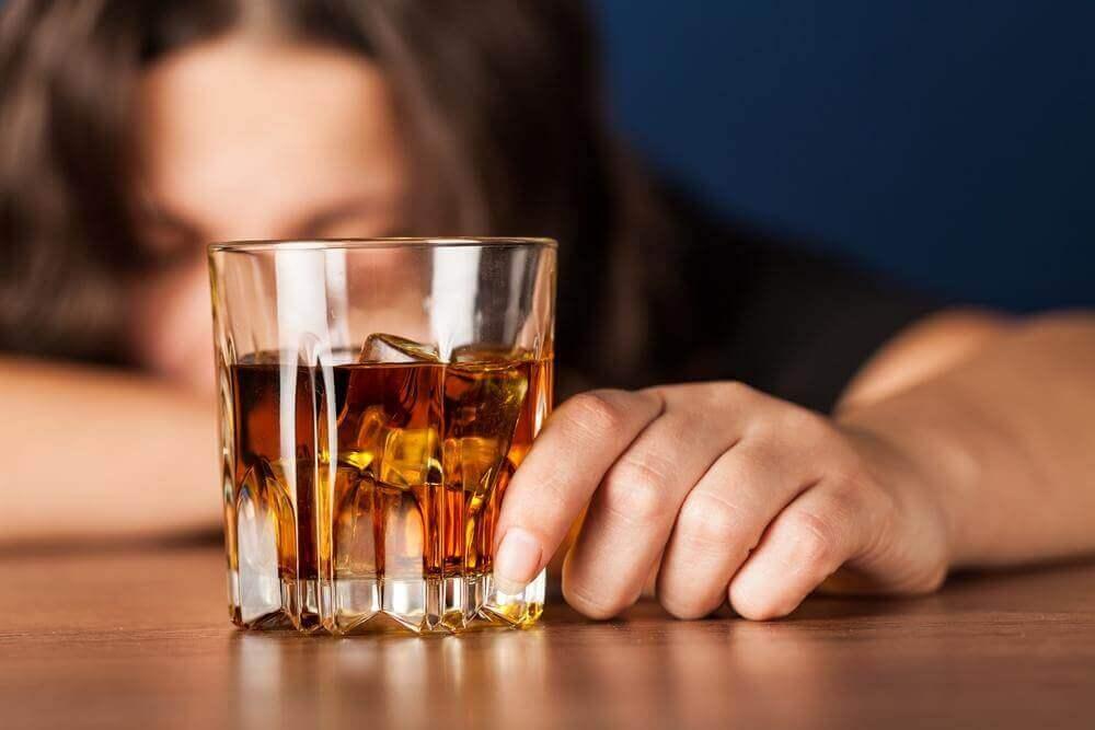 Mulher tomando bebida alcoólica