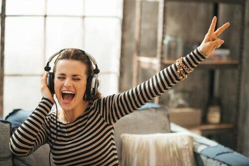 Moça com energia ouvindo música
