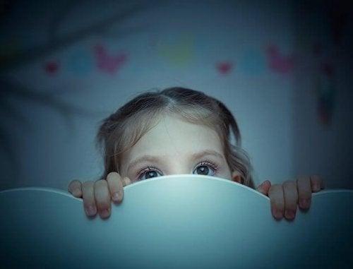 Criança com medo do escuro