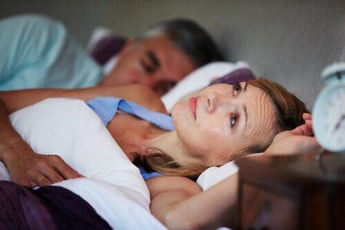 Mulher com insôniaporque seu parceiro fala de noite enquanto dorme