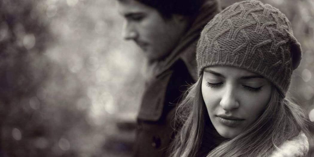 Moça triste juntoa um amor não correspondido