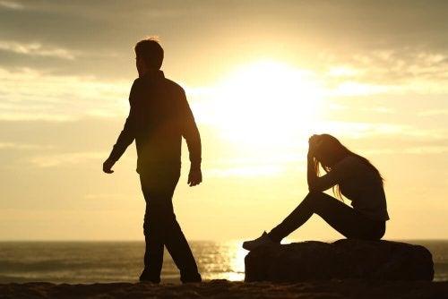 Moça triste porque seu amor não correspondido está indo embora