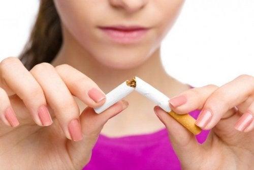 Mulher abandonando o cigarro para cntrolar a asma