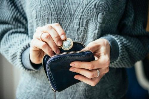Pessoa segurando moeda