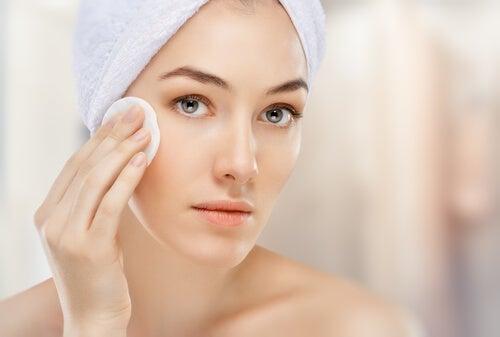 Mulher usando água oxigenada para clarear o rosto