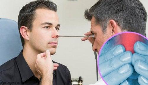 Médico examinando nariz do paciente