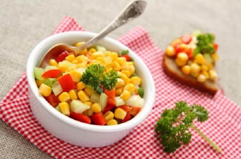 Salada de primavera com milho doce