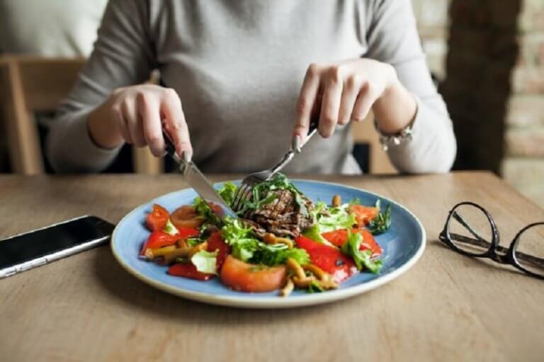 Mulher fazendo refeição saudável