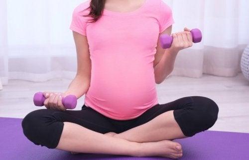 Gestante fazendo exercício para evitar a diabetes gestacional