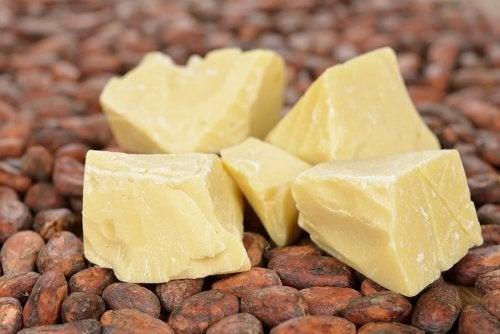 Tratamento de manteiga de cacau, vinagre e limão contra pontas duplas e quebradiças