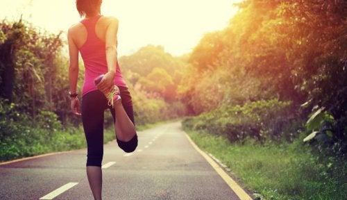 Mulher se alongando para aliviar a dor nas costas