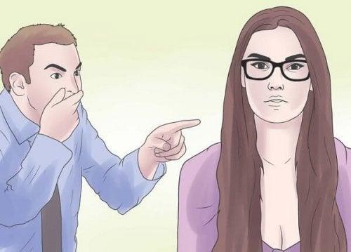Homem agredindo verbalmente a uma mulher