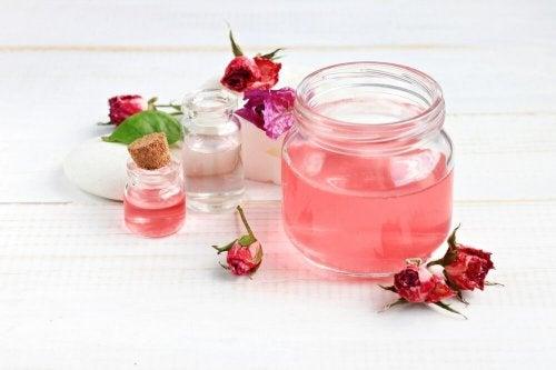 A água de rosas pode ajudar a tratar a acne no rosto