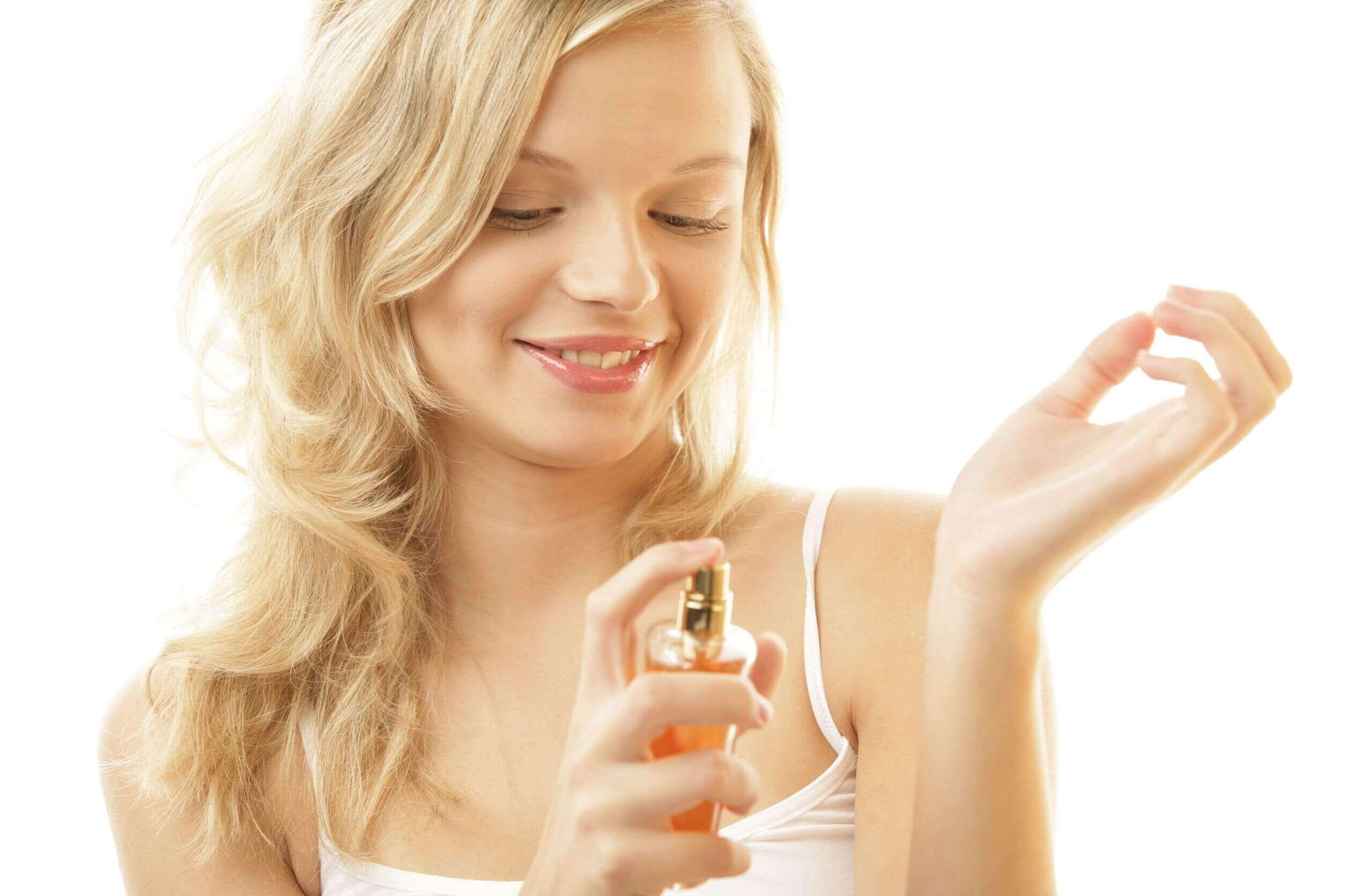 Mulher colocando perfume