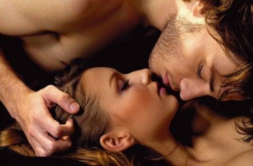 Casal se beijando nas preliminares