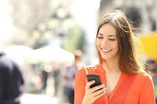 O uso do celular pode gerar má posturas e desencadear dor nas costas