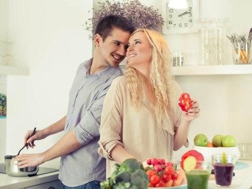 Mulher  seduzindo seu parceiro na cozinha