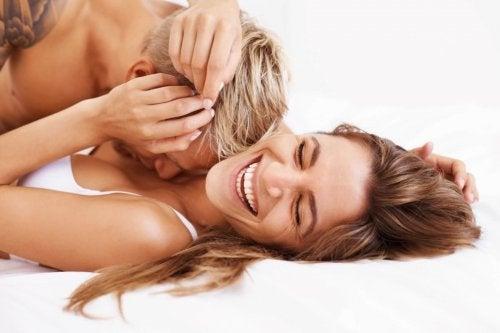 Homem e mulher se divertindo na cama