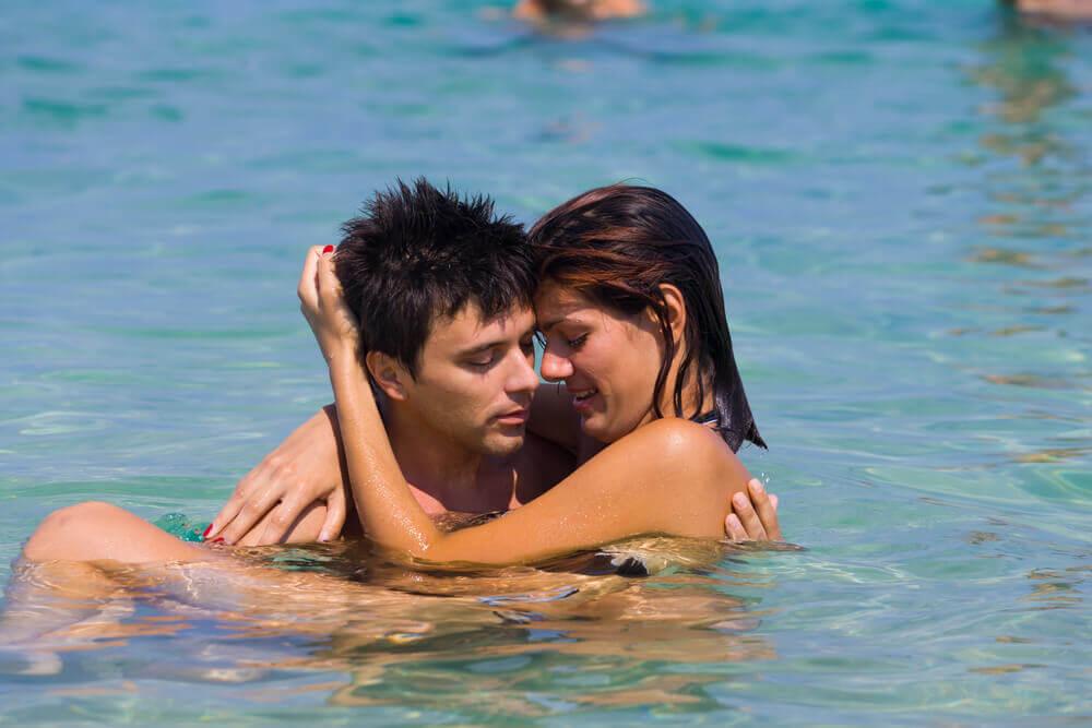 Casal abraçado na água do mar